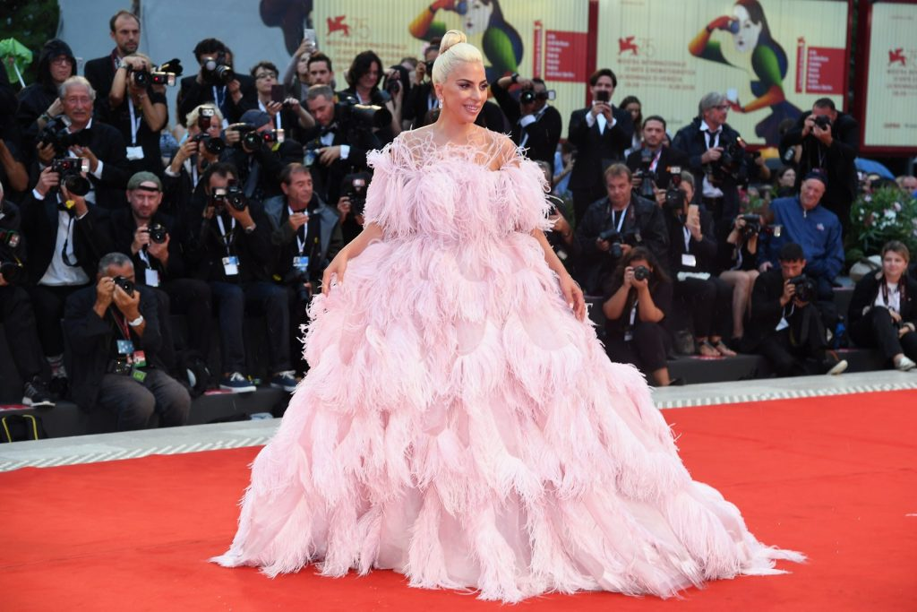 Moda Inverno 2019 Lady Gaga Plumas